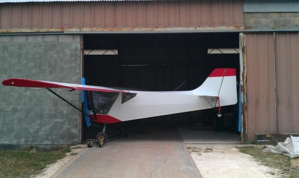 Guépard qui est en cours d'être rentré dans le hangar.