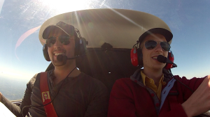 Mo, co-pilote et moi: de la bonne humeur dans le vol!