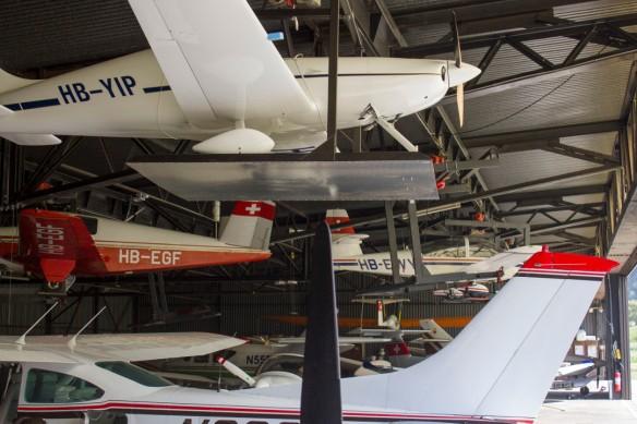 Une multitude d'avions dans le hangars