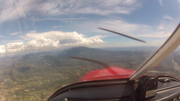 Cumulo à l'horizon (gros champignon à droite, au dessus du mont ventoux)